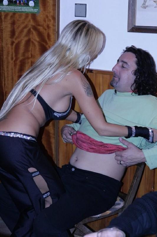 Стриптизерша скинула наряд и потерлась о клиента голым телом