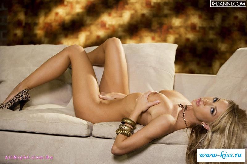 Раздетая сексуальная блондинка