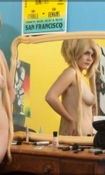 Восхитительная блондинка оголяет сиськи