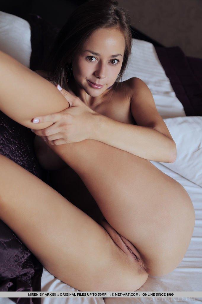 Соло привлекательно модели, ее анус и пизда крупно выступают на фото, это действительно искушает