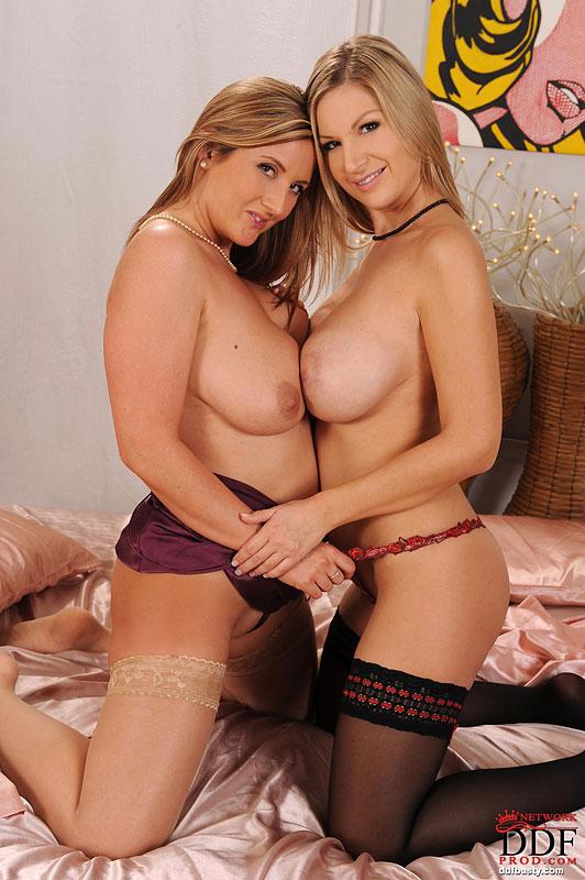 Carol Goldnerova и Leona Lee нализывают друг другу дойки после того