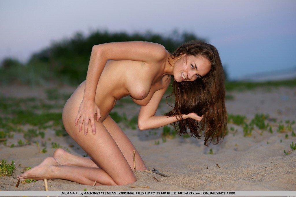 Обнаженная Milana F с изящными грудями и пиздой