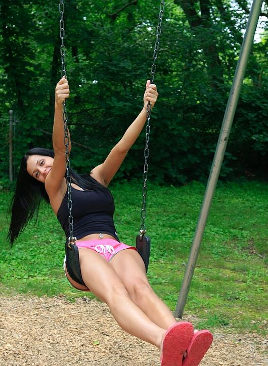 Бразильянка Жанесса демонстрирует буфера в парке