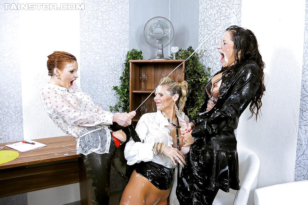 Три красивые девахи в одежде порют друг друга страпоном