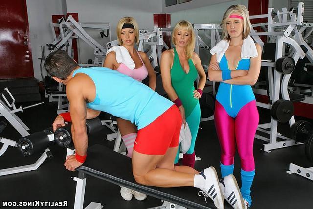 Три гимнастки затрахали качка