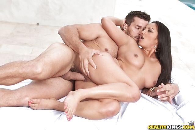 Соблазнительная латинская тетка хвастается горячее умение в сексе