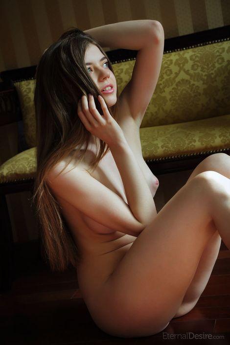 Голая молодая девка Kay J показывает свои длинноногие груди и гладкую пилотку секс фото hd