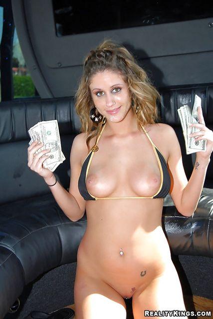 Грудастая леди умеет трахаться за деньги