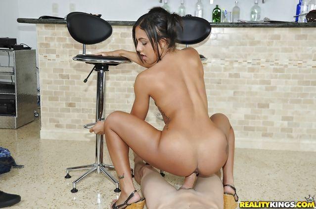 Латинская баба с нежной жопенью желает сидеть сверху на крутом пенисе
