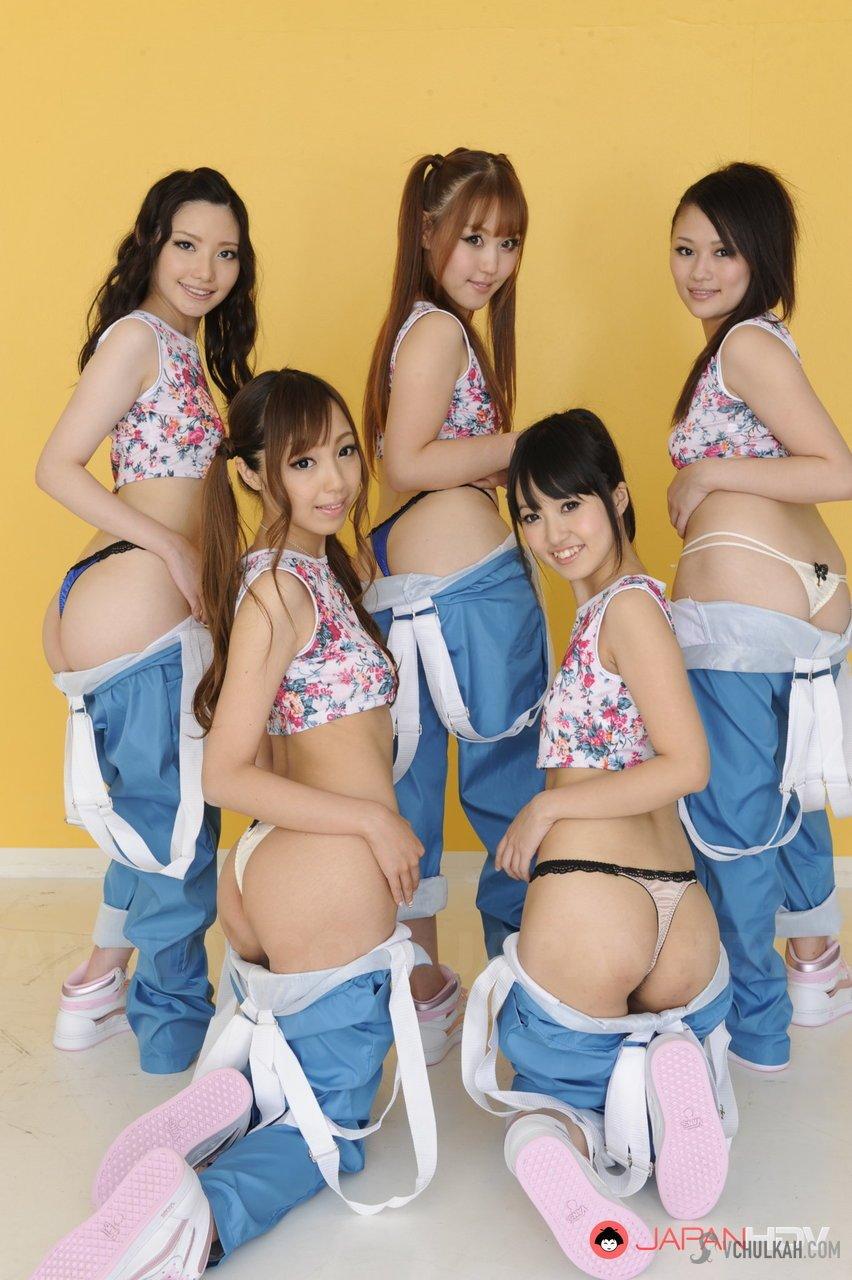 Стройные голенькие японки