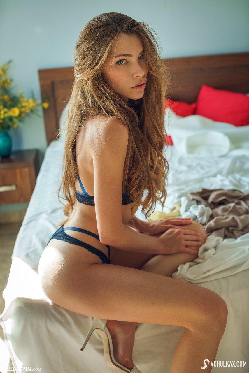 Возбужденная мадам в белье фотографируется на кровати