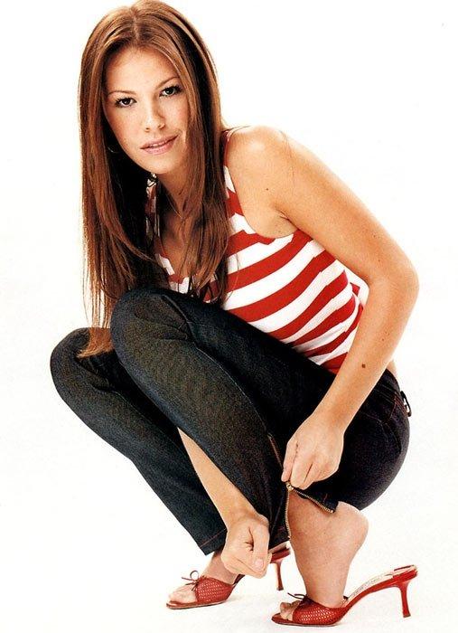 Обаятельная девка с хорошими ножками Nikki Cox
