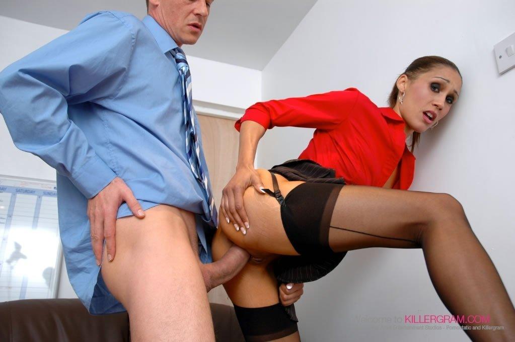 Стащила трусики, задрала короткую юбочке и трахнулась с коллегой в офисе