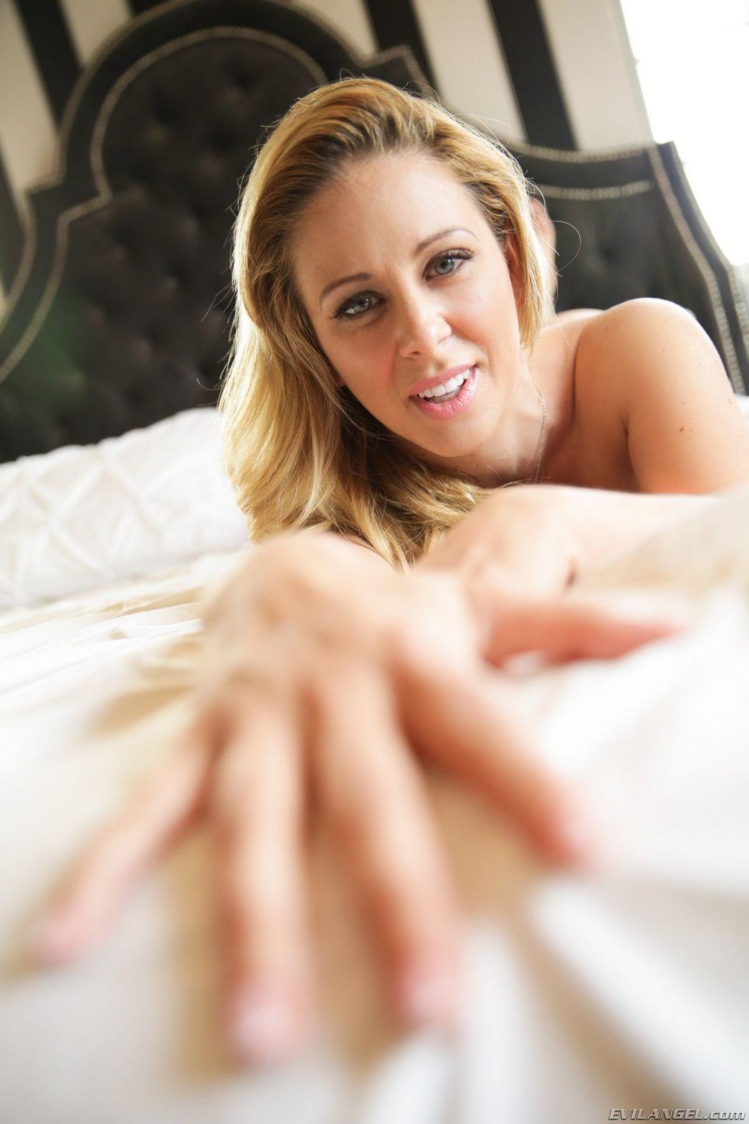 Привлекательная светловолосая девушка принимает различные эротические позы, чтобы соблазнить своим видом любого мужчину