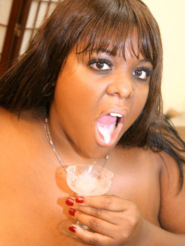 Полная негритянка после порева с белоснежным юнцом, выпила его сперму из бокала. Говорят, от кончи светлых юношей худеют