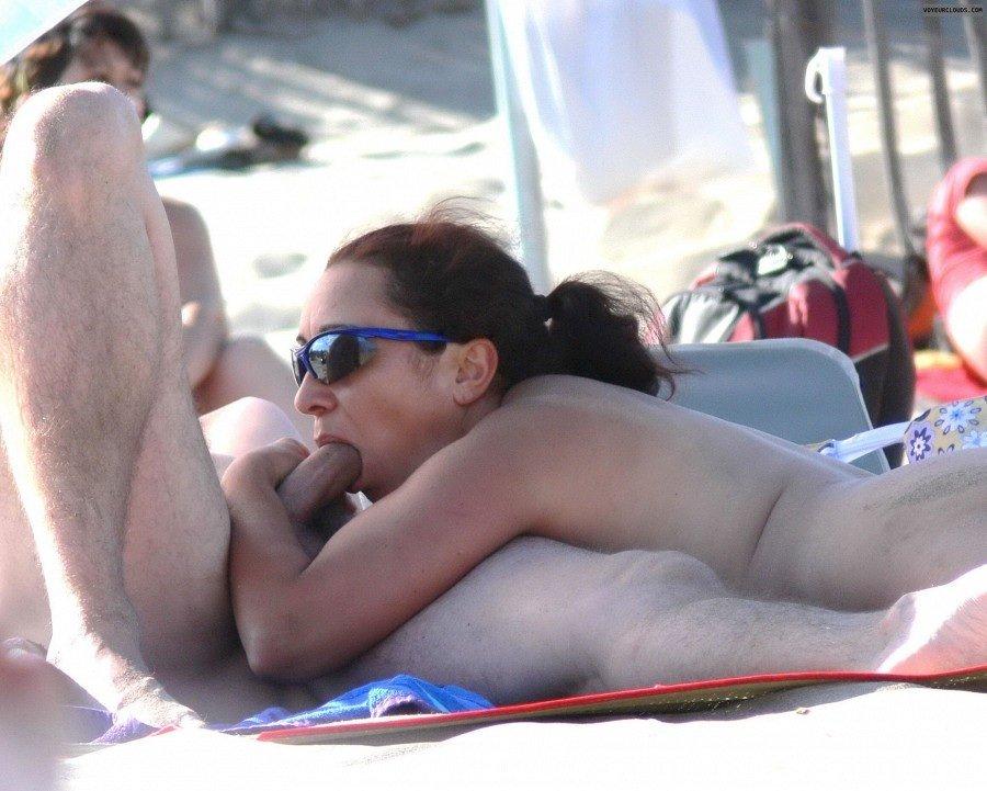Сексуальные красавицы готовы ублажать своих самцов прямо на пляже, не обращая внимания на окружающих