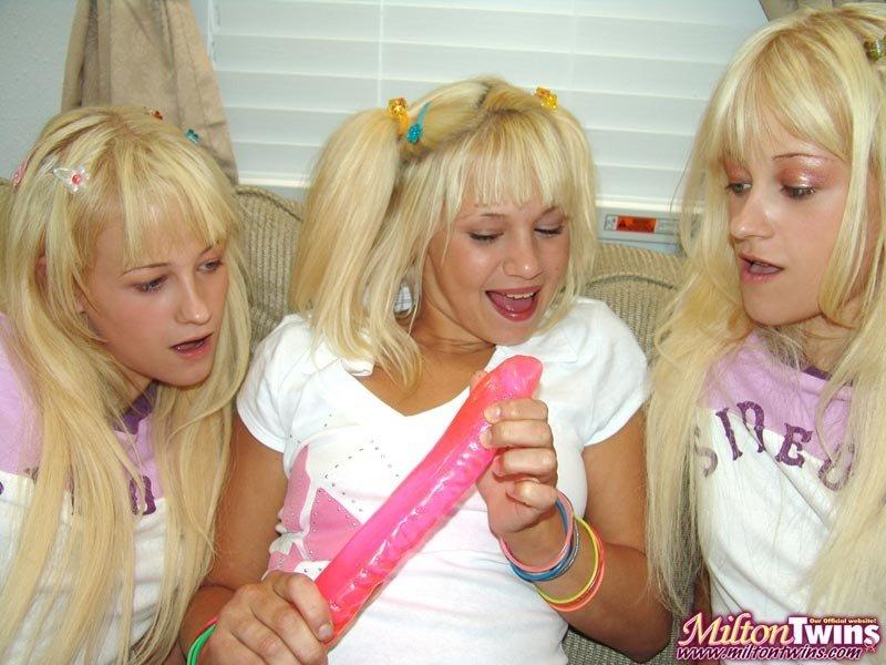 Три изящные барышни со светлыми волосами позируют с резиновыми херами