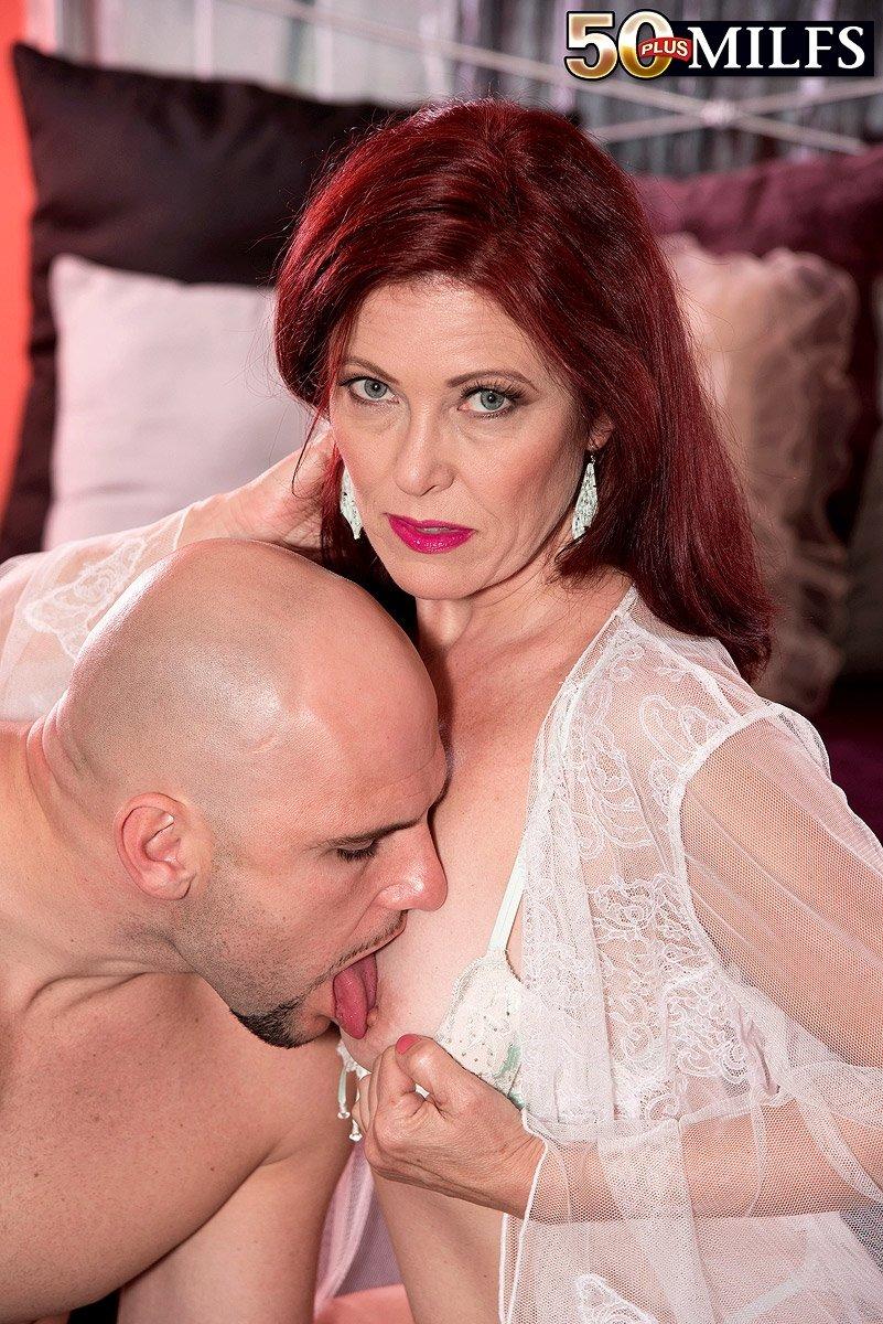 Зрелая рыжеволосая леди Мая Милано ебется с очередным мужем
