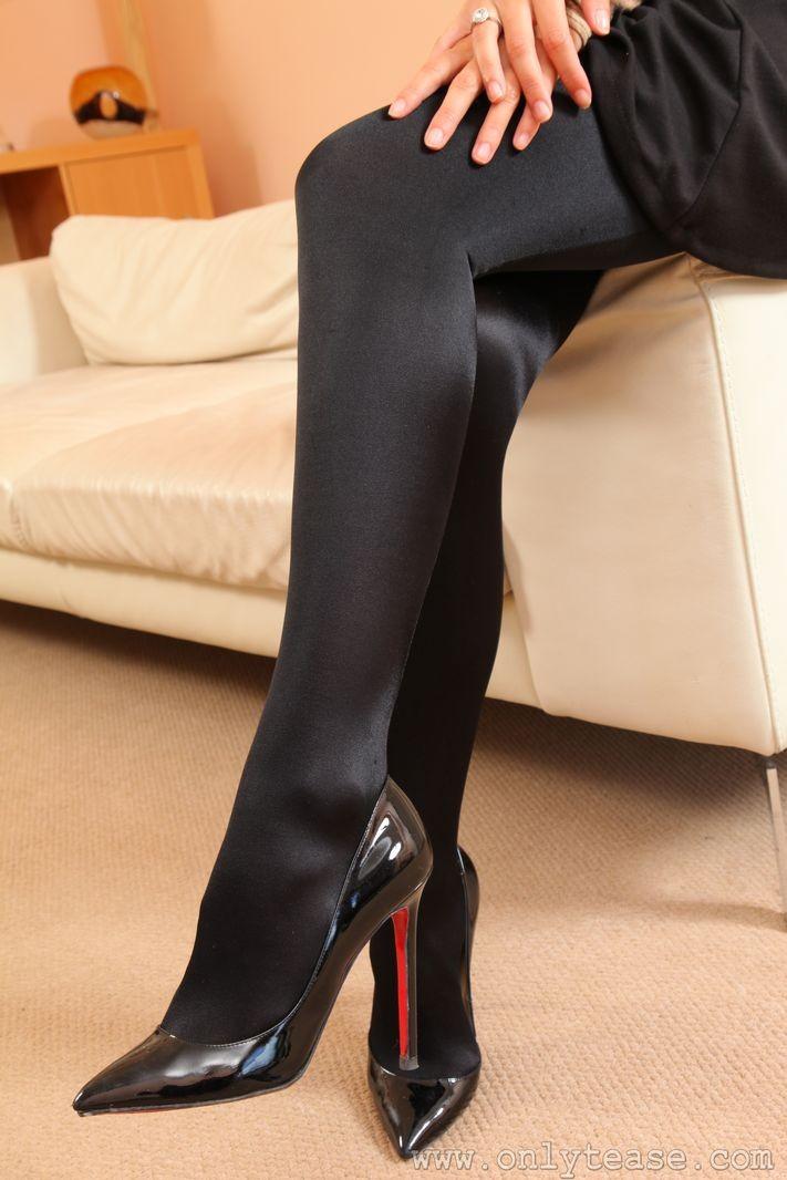 Элегантная деваха в лосинах и на каблуках