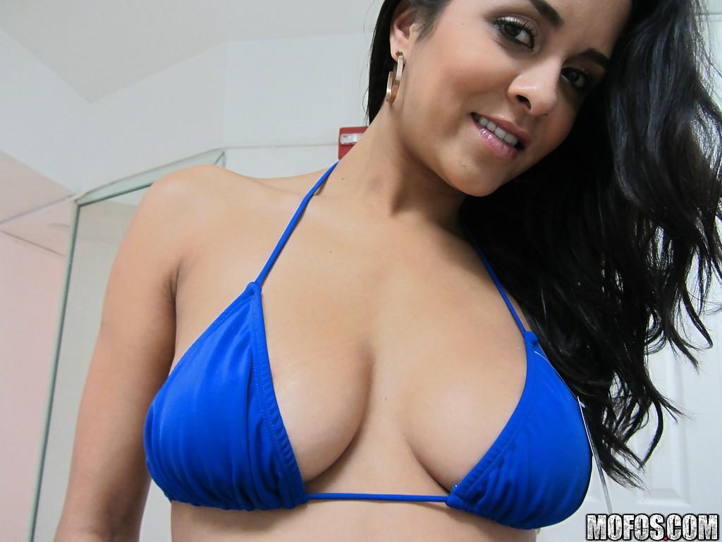 Бразильская красавица Abbey Lee Brazil примеряет бикини у зеркала