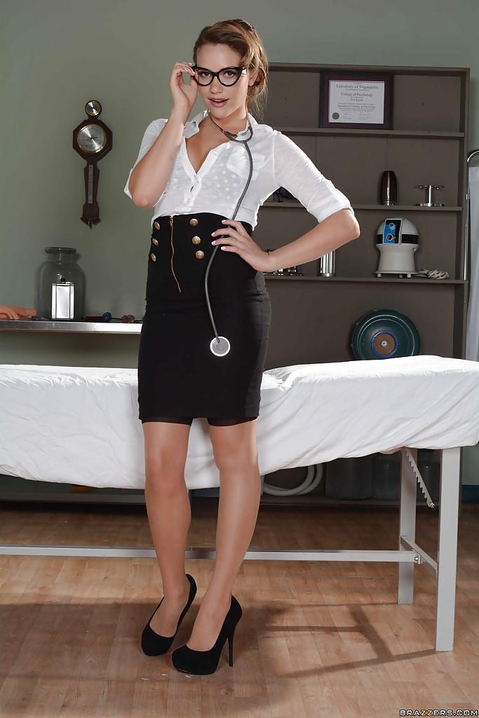 Возбужденная медсестра в очках обнажает киску на больничной постели