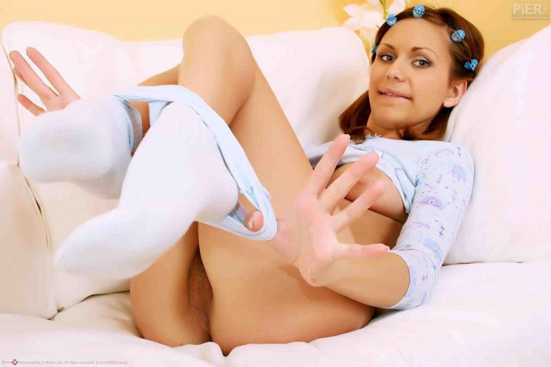Сексуальная скромняшка с игривой киской