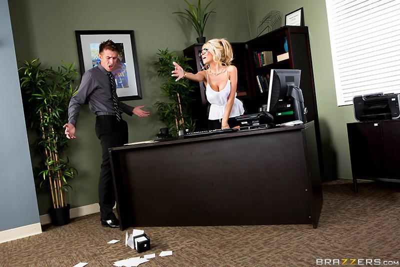 Трахнул на рабочем месте блондинку с бритой вагиной