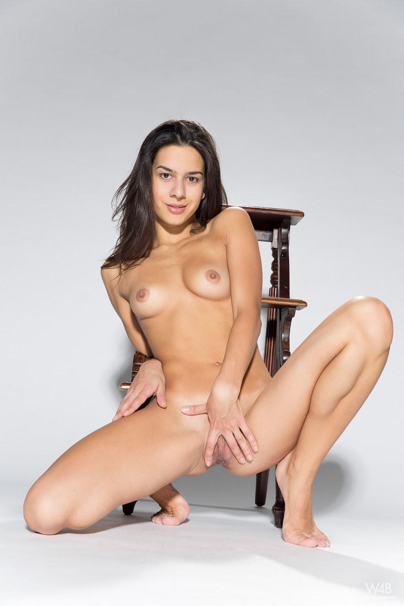 Тёлка стаскивает с себя горячее сексуальное белье и обнажает свою превосходную фигуру