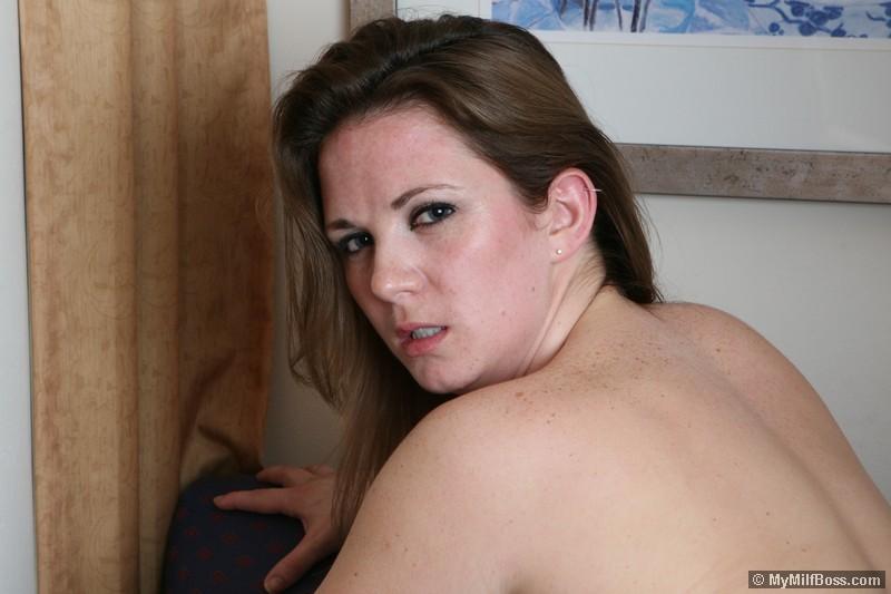 Привлекательная взрослая может еще соблазнить горячего мужичка, который зашел, как бы на пять минут с почтой