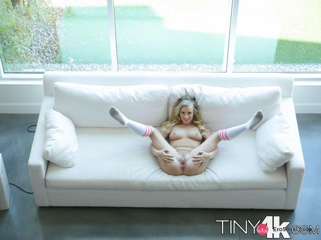 Симпатичная модель со свелыми волосами сфотографировала свою вагину для порно журнала