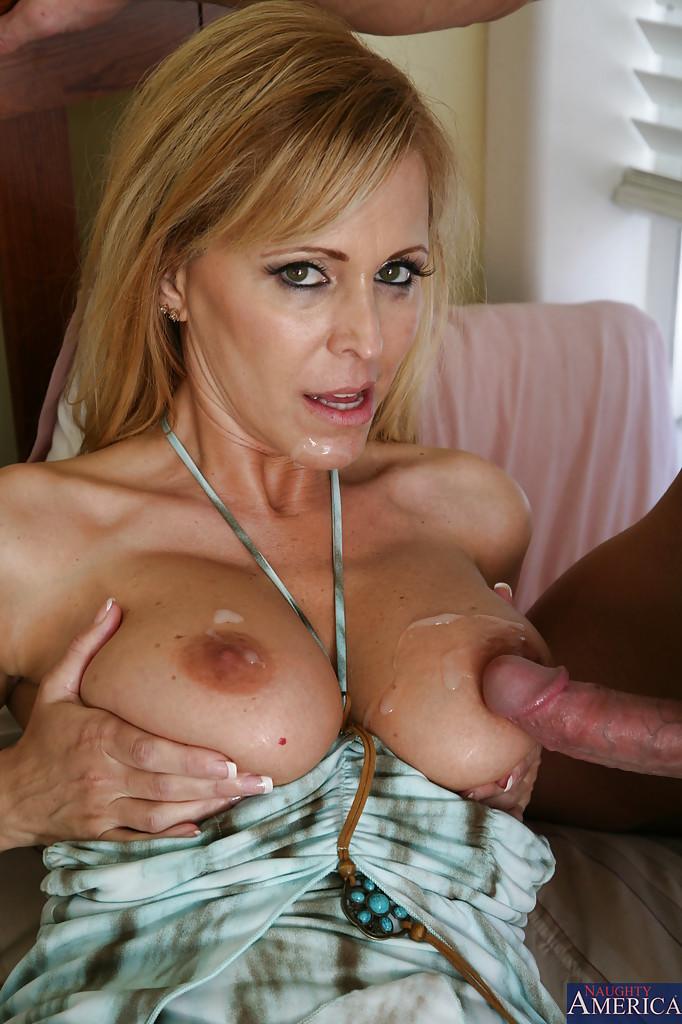 Парень дает в рот грудастой женщине и кончает на груди и лицо