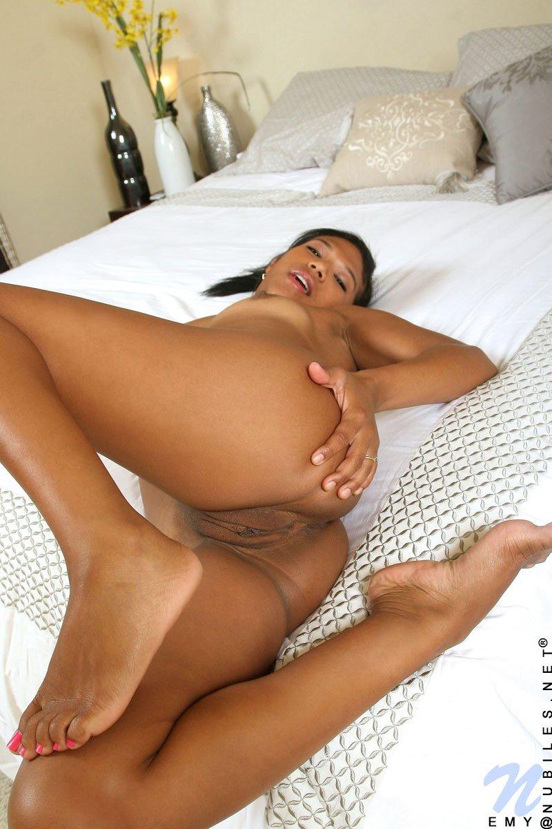 Черная латинская чирлидерша Emy Reyes снимает бикини и мастурбирует свою ухоженную вагину