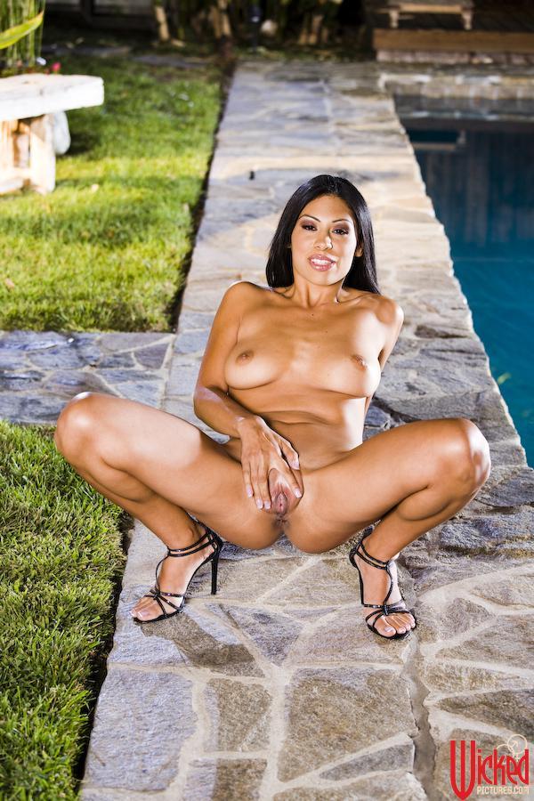 Грудастая латиноамериканка Cassandra Cruz снимает нижнее белье вблизи от бассейна и сексуально массирует себе киску