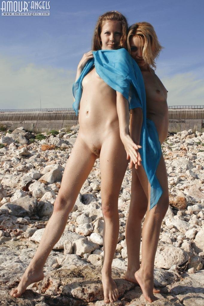 Две модели отдыхают на песке, показывая свои красивые голые тела – им есть, чем похвастаться
