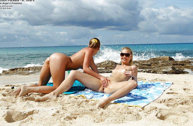 Девки без нижнего белья на диком пляже развратно шалят