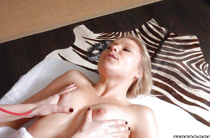 Голые барышни активно онанируют и получают оргазм