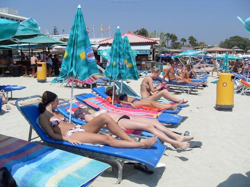 Барышни на песке без комплексов