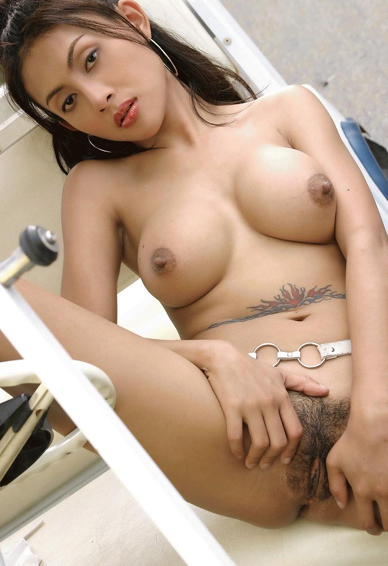 Японочка с силой сжимает жирные груди, насаживаясь на резиновый писюн, стоя на четвереньках