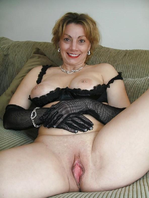 Опытная представительница слабого пола выставляет напоказ свои сиськи в эротическом белье