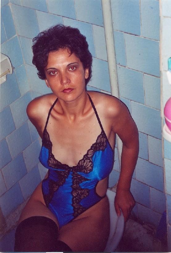 Опытная леди в колготках снимается для фотосессии на кухне