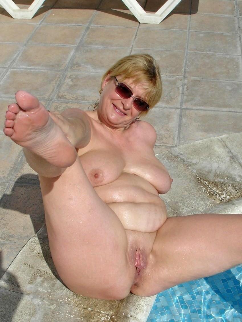 Джулия - мама далеко не первой свежести, но все же обнажает свое тело в бассейне