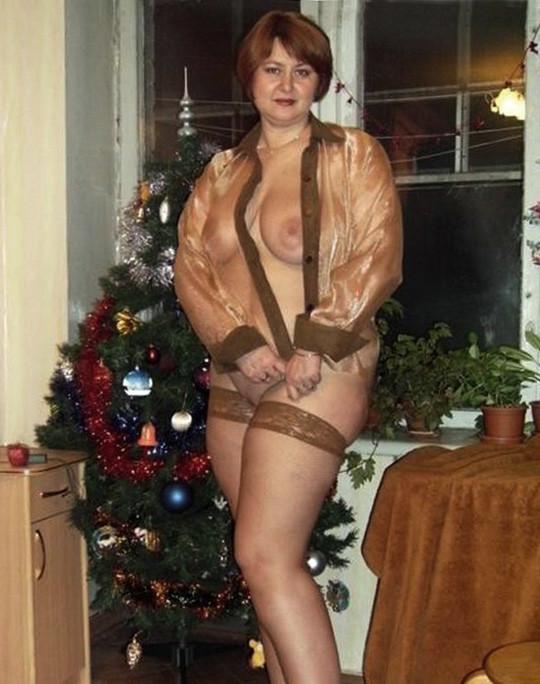 Возрастные жирдяйки встречают Новый год и упускают возможности продемонстрировать себя без лифчика перед всеми