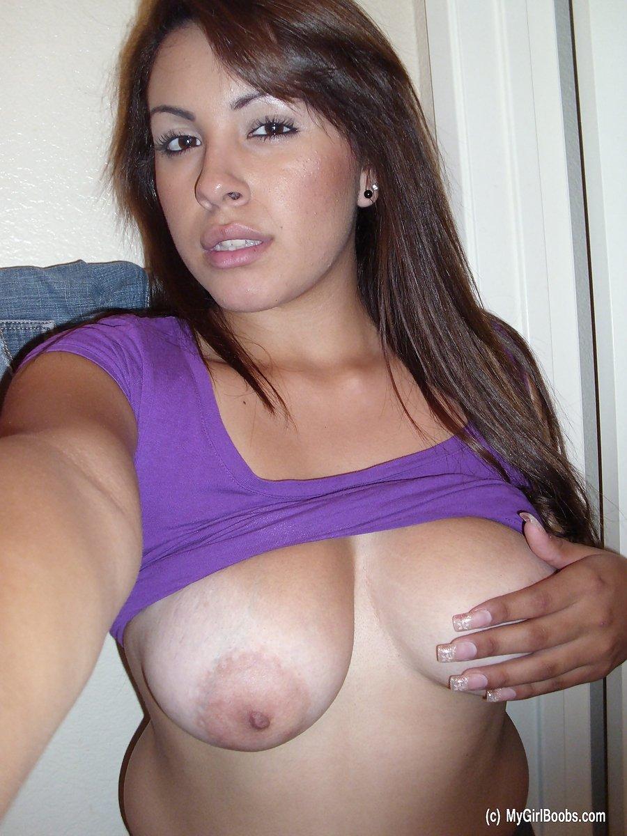 Шлюшка снимается своей голой груди, показывая свои крупные хорошенькие соски