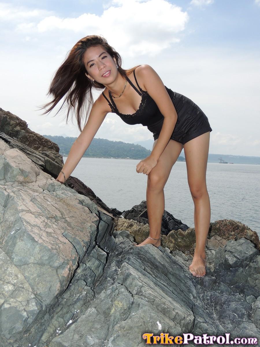 Японочка пришла домой с пляжа и обнажила пизду