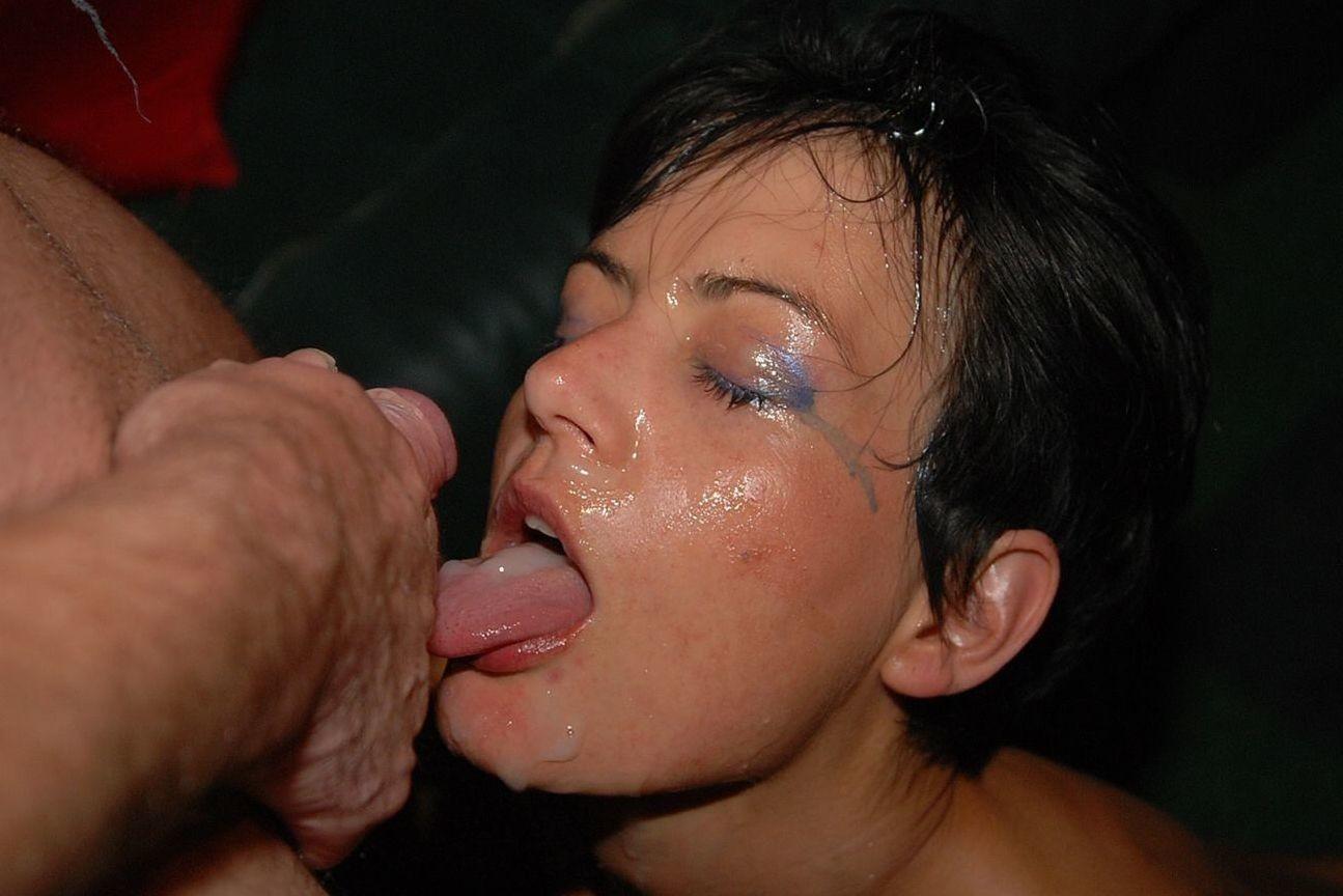 Супермодель оголяет свою мохнатую вагину, а затем подставляет все щелочки для качественного ебли