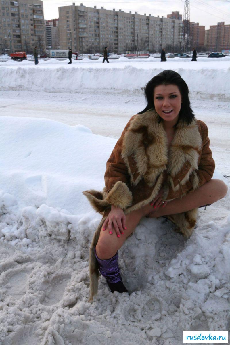Обнаженная эксгибиционистка ходит по зимнему городу