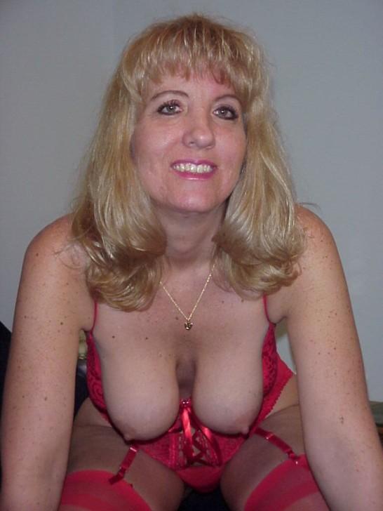 Возрастная блондиночка с большой, висячей грудью