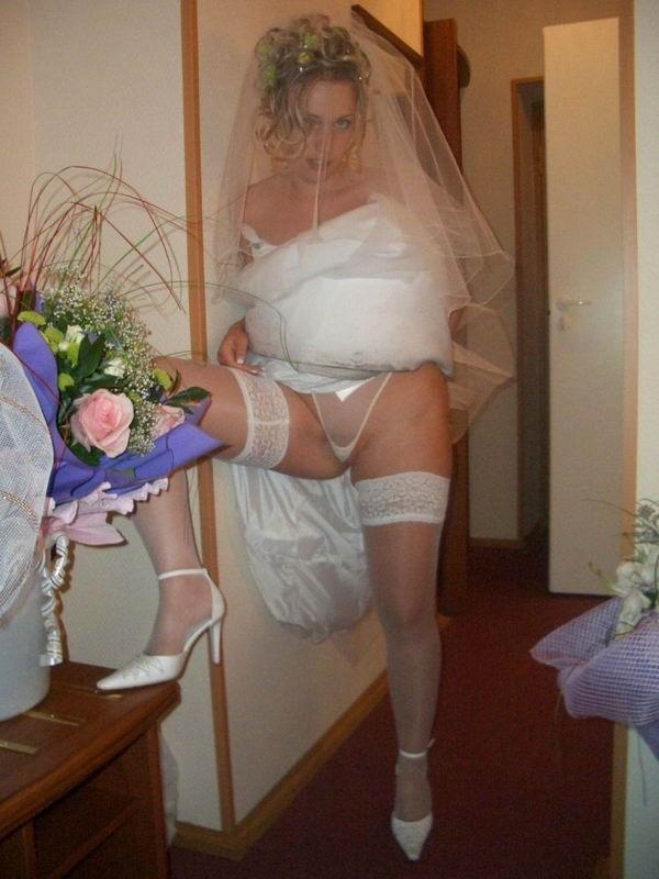 Девушки продемонтстрировала свои тела в свадебных нарядах