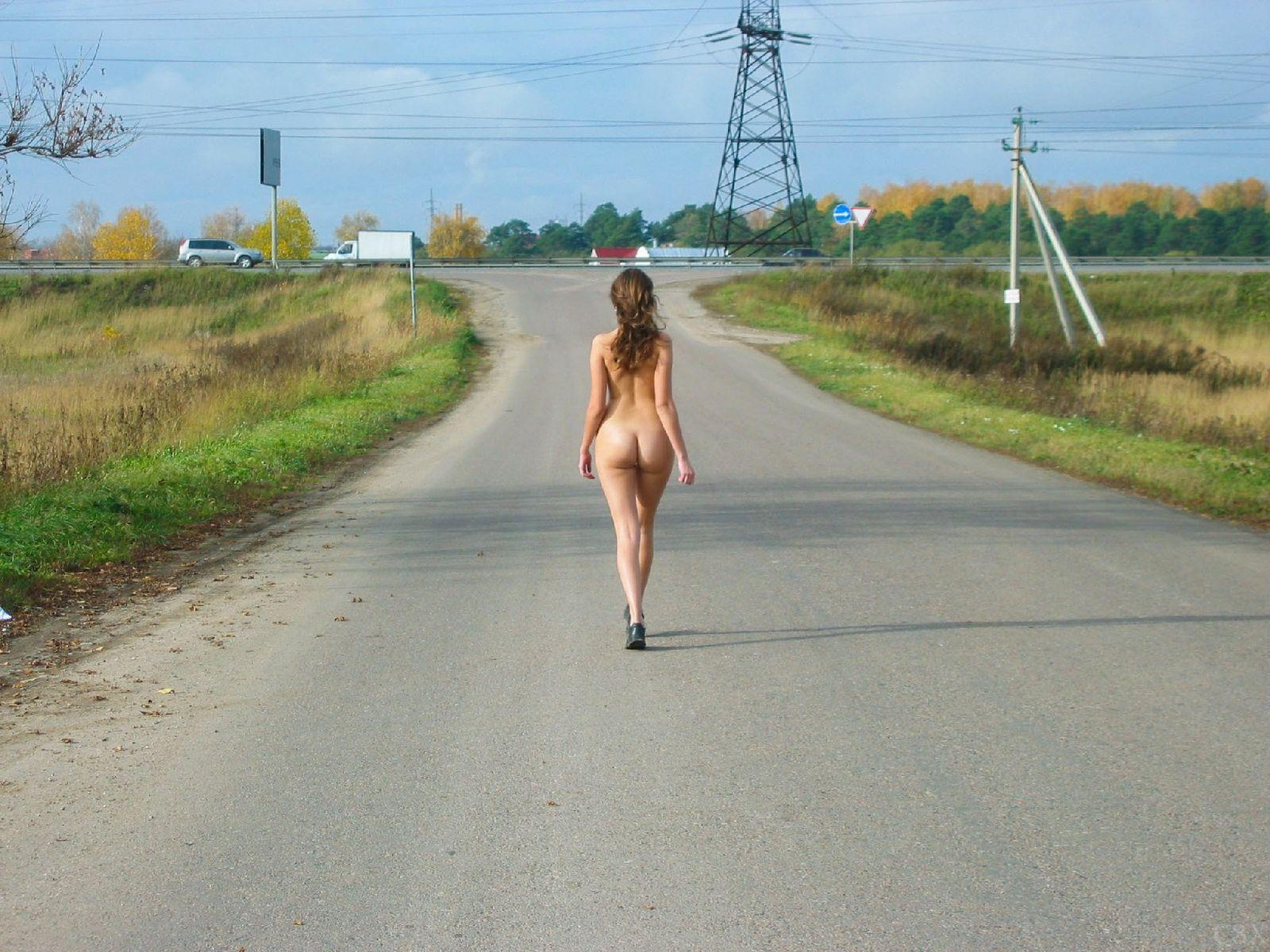 Русская барышня Оля не стесняется голеньких фоток на улице