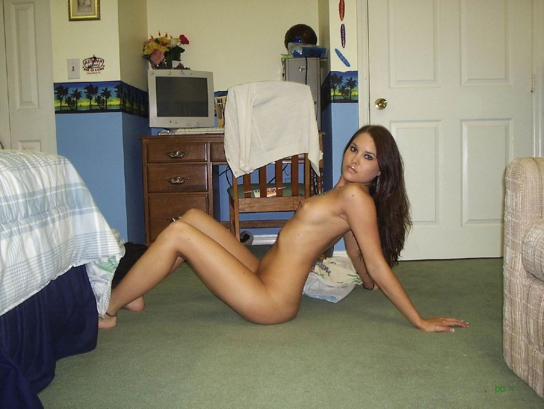 Голая телка с удовольствием фотографируется своему пареньку на камеру у него у себя в квартире
